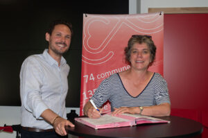 Arthur Joliveau, responsable Ain de Ronalpia et Emmanuelle Merle, vice-présidente de la communauté d'agglomération du Grand Bourg-en-Bresse signent la convention du nouvel incubateur d'entreprises sociales.